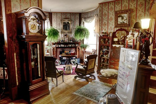 The Queen - A Victorian Bed and Breakfast: Foyer