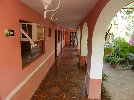 Hostel Yaquelin Arrechea: corridor just right out of the room