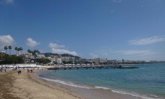 Palais des Festivals et des Congres of Cannes: Пляж у Дворца и панорама.