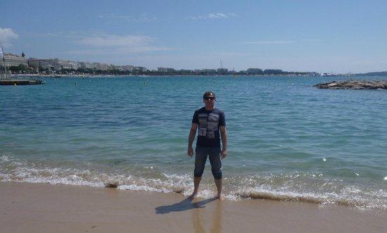 Palais des Festivals et des Congres of Cannes: Пляж у Дворца. В воде - много медуз )))