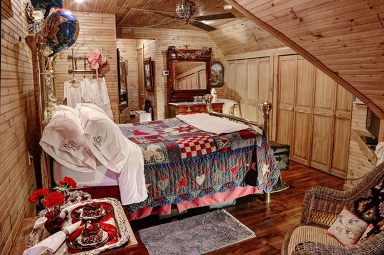 The Queen - A Victorian Bed and Breakfast: Nanny's Attic