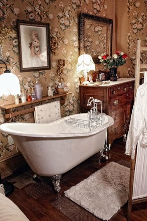 The Queen - A Victorian Bed and Breakfast: Anne's Room - Slipper Tub