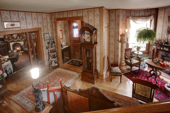 The Queen - A Victorian Bed and Breakfast: The Queen - Foyer Area