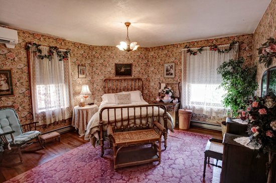 The Queen - A Victorian Bed and Breakfast: Maids Quarters Bedroom