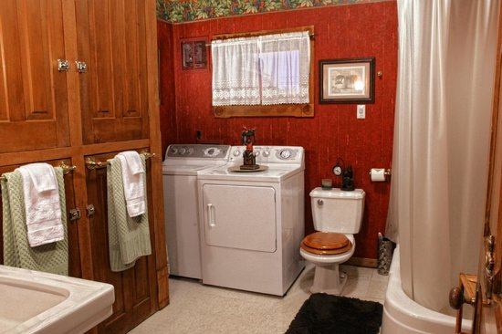 The Queen - A Victorian Bed and Breakfast: Maids Quarters Bathroom/Laundry Room