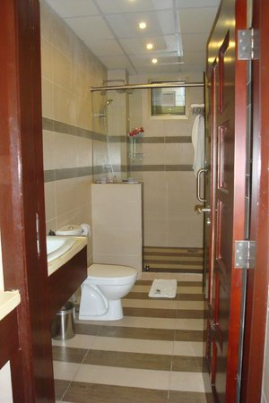 Tanzanite Executive Suites: One of 3 bathrooms in suite