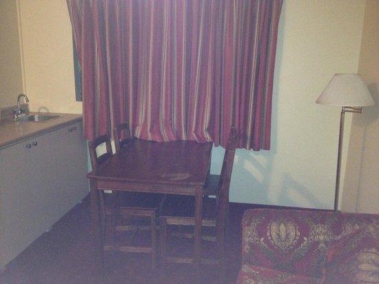 Niagara Lodge & Suites: Table