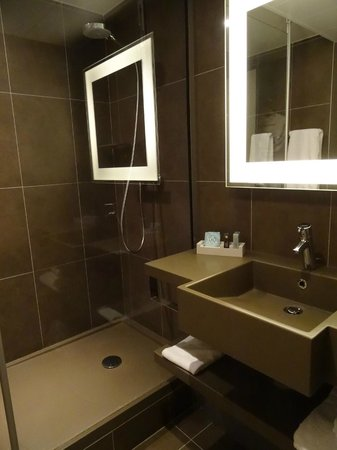 Novotel Paris CDG Airport: Nice bathroom