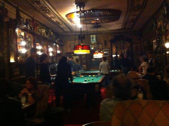 Pavilhão Chinês : Una mesa de pool que le da un perfil más recreativo al bar