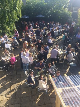 The Gladstone Arms: Sunday afternoon with hog roast and live jazz on the patio!