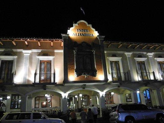 Hotel Alhambra: Blick auf den Hoteleingang bei Nacht
