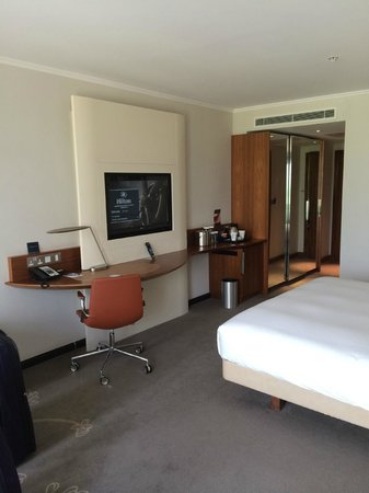Hilton London Heathrow Airport Terminal 5: Executive suite Bedroom