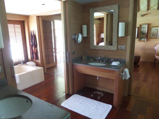Four Seasons Resort Bora Bora: bathroom