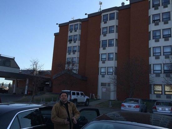 BEST WESTERN PLUS Westwood Inn: Vista del hotel y un amigo canadiense...