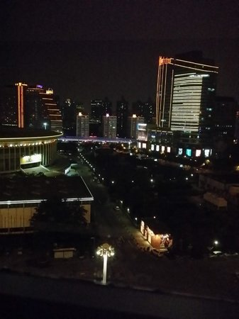 Regal Shanghai East Asia Hotel: Night view from 11. floor