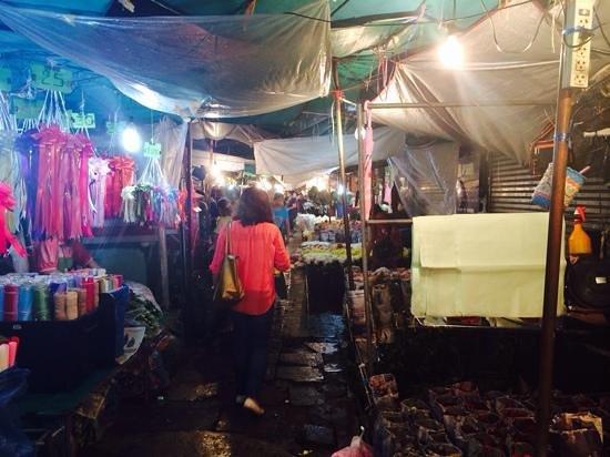 Pak Khlong Talat (Flower Market): Walking down the narrow lanes of flower stalls