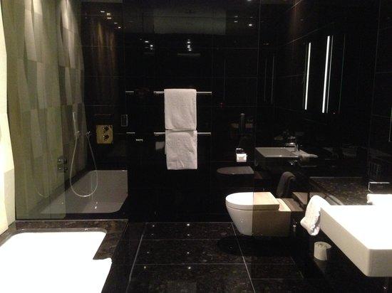 Melia Vienna: bathroom
