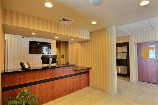 Cobblestone Inn and Suites Brillion: Front Desk