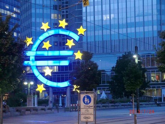 Adina Apartment Hotel Frankfurt Neue Oper: Euro at night