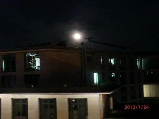 Adina Apartment Hotel Frankfurt Neue Oper: Saw the full moon