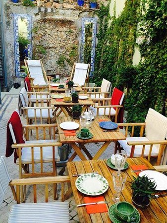 Casa Amora Guesthouse: Restaurant / Outside eating area