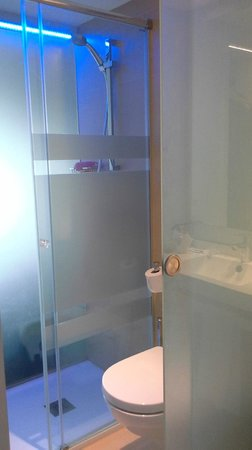 Hotel Helios Mallorca : grote ruime douche met apart toilet