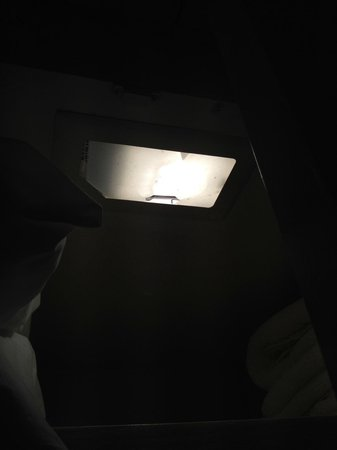 Caneel Bay Resort: broken closet light fixture