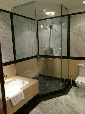 Hotel Grande Bretagne, A Luxury Collection Hotel: Deluxe Suite Bathroom - Amazing Shower
