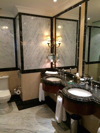 Hotel Grande Bretagne, A Luxury Collection Hotel: Deluxe Suite Bathroom