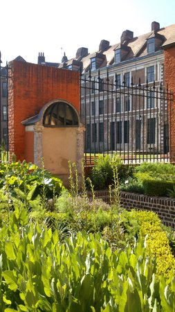 Hotel Lille Europe: Cour intérieure et jardin Hospice Comtesse
