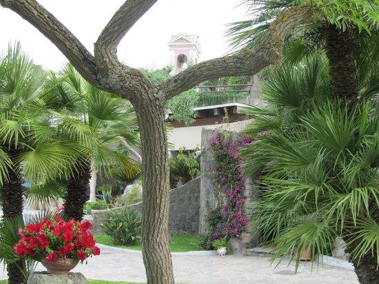 Hotel Zaro: Рядо с отелем очаровательная старая церковь-вон её розовая колоколенка виднеется