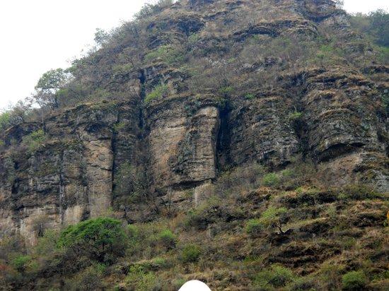 Museo Luis Mario Schneider: Cerro local a sus pies el pueblo de Malinalco