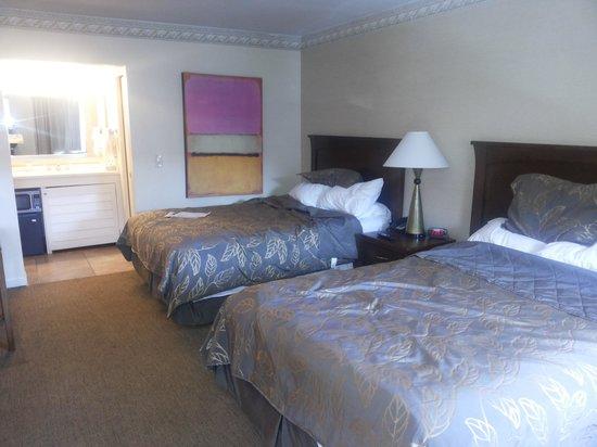 Days Inn San Diego Hotel Circle Near SeaWorld: big comfy beds