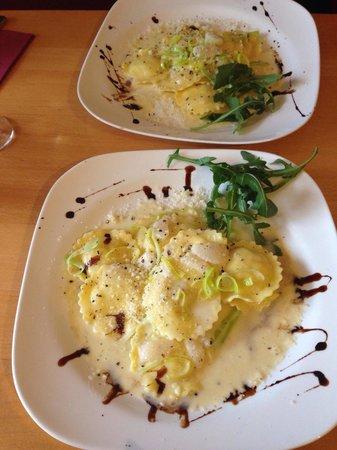 Pizzeria Bellini: Frische mit Ziegenkäse gefüllte Pasta an einer Lauch / Birnen Sauce. Super