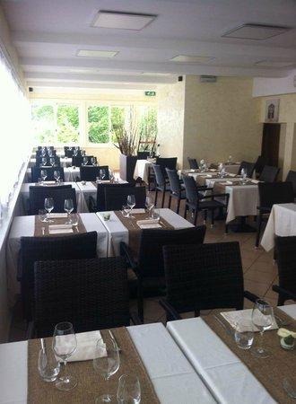 Ristorante Bellavista : Elegante Sala da Pranzo con Vista Lago