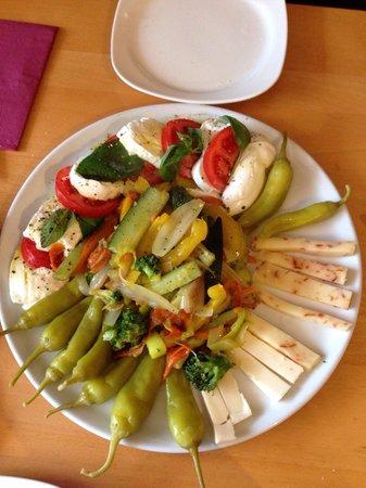 Pizzeria Bellini: Antipasto alla Bellini / vegetarische Version mit Büffelmozzarella, Pecorino und  warmem Gemüse