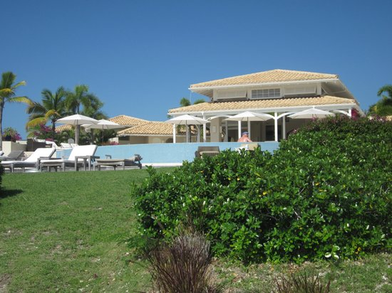 Jumby Bay, A Rosewood Resort: Pool grille restaurant