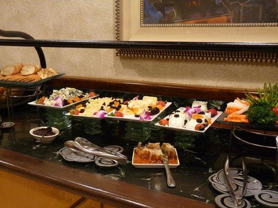 Disney's Paradise Pier Hotel : Une partie du buffet à l'heure de l'apéritif