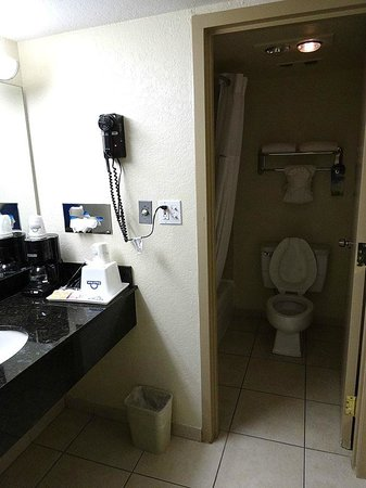 Days Inn Orlando Airport Florida Mall: Toilette und Wanne im separatem Raum