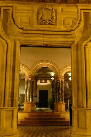Hotel Palacio de Villapanes : Front Lobby at Night