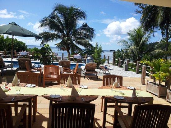 Crown Beach Hotel: vue sur la terrasse depuis salle