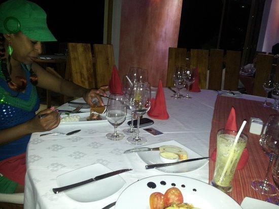 Crown Beach Hotel: repas du soir  ambiance feutrée