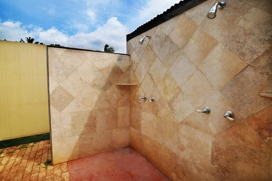 Kuau Inn: Our outdoor shower fits two people.