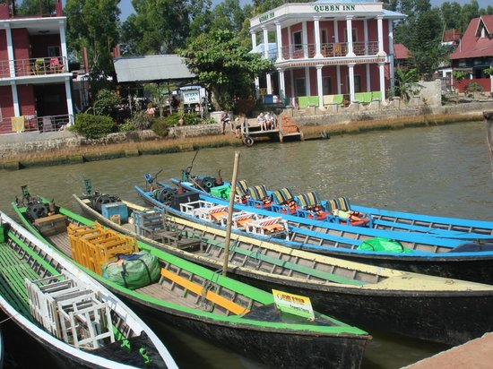 Aquarius Inn: Boats to go to the lake, takes about 30 minute boat ride