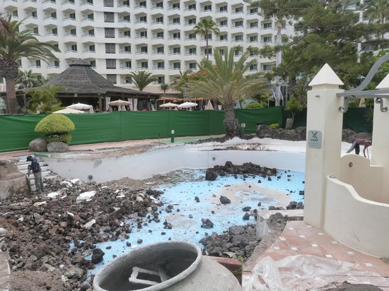 H10 Las Palmeras : This was the pool they were repairing