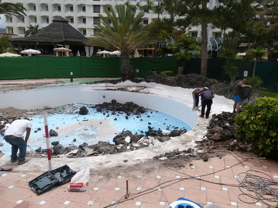 H10 Las Palmeras : This again is the pool the hotel said was being repaired