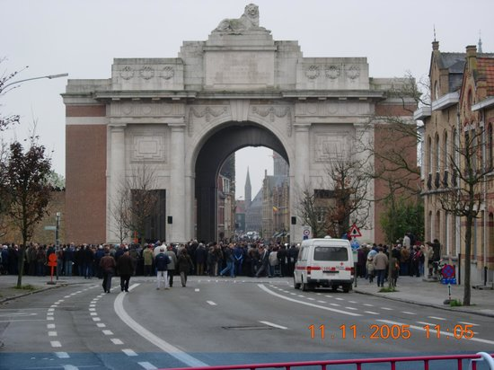 Albion Hotel: 5 mins walk - The Menin gate