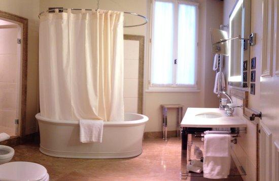 Hotel L'Orologio : Junior suite bathroom.