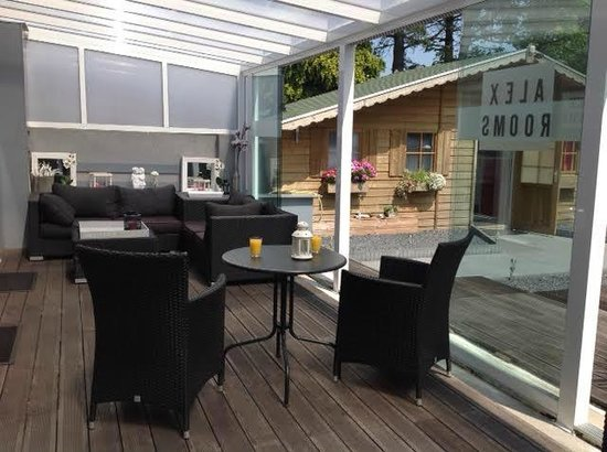Alex Rooms: Inner patio with large sliding glass doors
