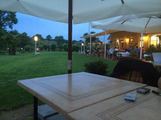 Hotel Landhaus Milser: Widok na teren wokół ogródka restauracyjnego
